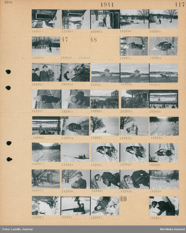 Motiv: (ingen anteckning) ; En man hugger ved, en hästdragen kälke i ett snötäckt landskap, en person med sparkstötting i ett snötäckt landskap med ett hus.  Motiv: (ingen anteckning) ; Porträtt av ett barn i vinterkläder, en kvinna och en man som hållerett barn, en travbana med hästar med kusk och sulky, publiken på en travbana, porträtt av ett barn i vinterkläder, en man fotograferar en kvinna och en man med skidor, snötäckt landskap med väg och träd, tre personer rider i snön, porträtt av en kvinna med ett barn på en sparkstötting, ett träd och en gasklocka i bakgrunden, en man röker pipa, en ryttare rider en häst i snön, människor åker skidor, skidåkare som ramlat omkull.  Motiv: (ingen anteckning) ; Ett barn i snön.