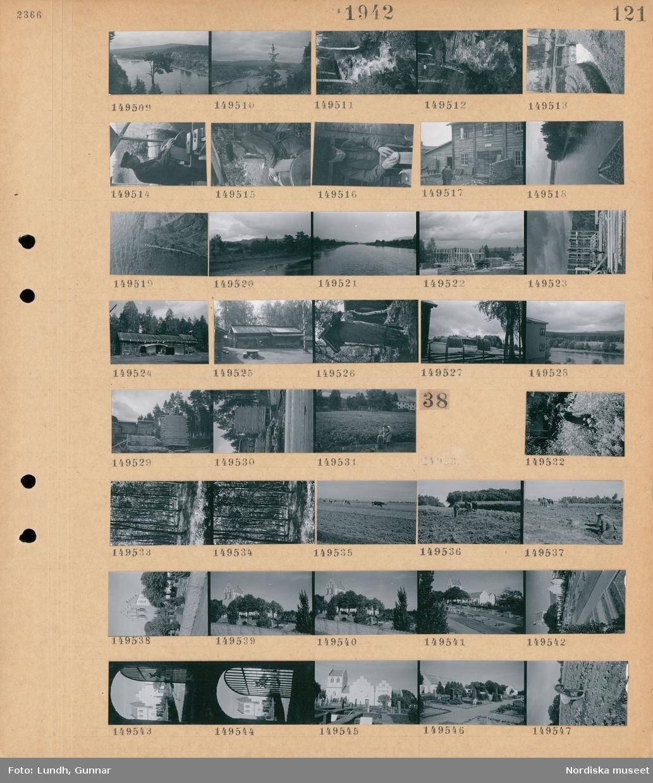Motiv: (ingen anteckning) ; Landskapsvy med älv och skog, en fors i skogen, en man arbetar vid en slipsten, två män vid ett timmrat hus, ett husbygge med män som reser en stomme, exteriö av timmrat hus, höhässjor, staplar med bräder, en flicka med en hink och en kvinna på en åker.  Motiv: (ingen anteckning) ; En kvinna på en blomseräng, träd i en skog, kor betar på en äng, en man plogar en åker med en hästdragen plog, exteriör  av en kyrka, vy över en kyrkogård, en kvinna arbetar på en åker.