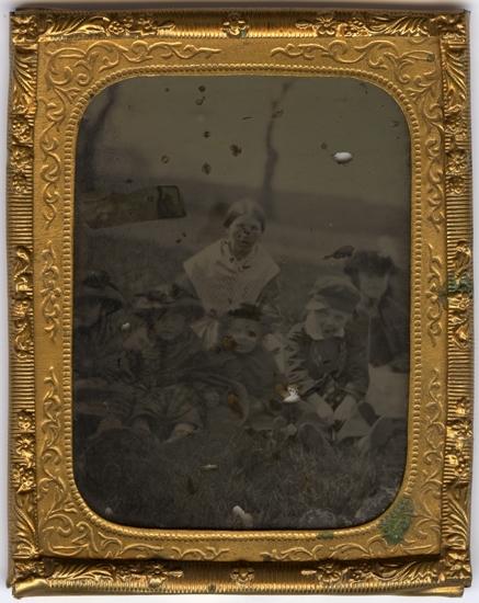 Troligen Maria Forssell med barn.Ambrotyp monterad i ram av reliefpressad mässing.