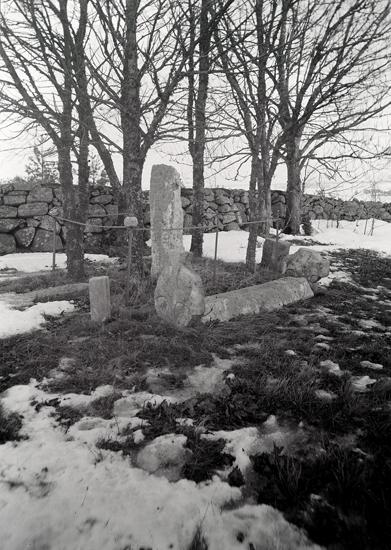 Gösslunda sn. Kyrkogården, gravstenar.