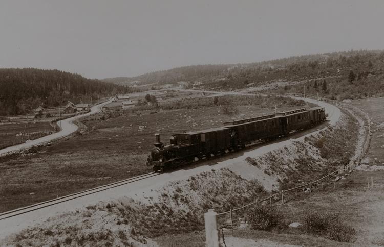 Bildtext: SAJ.Lok nr 2 med persontåg 1904. Samtid förvärv: Gösta Eldhs järnvägsbilder