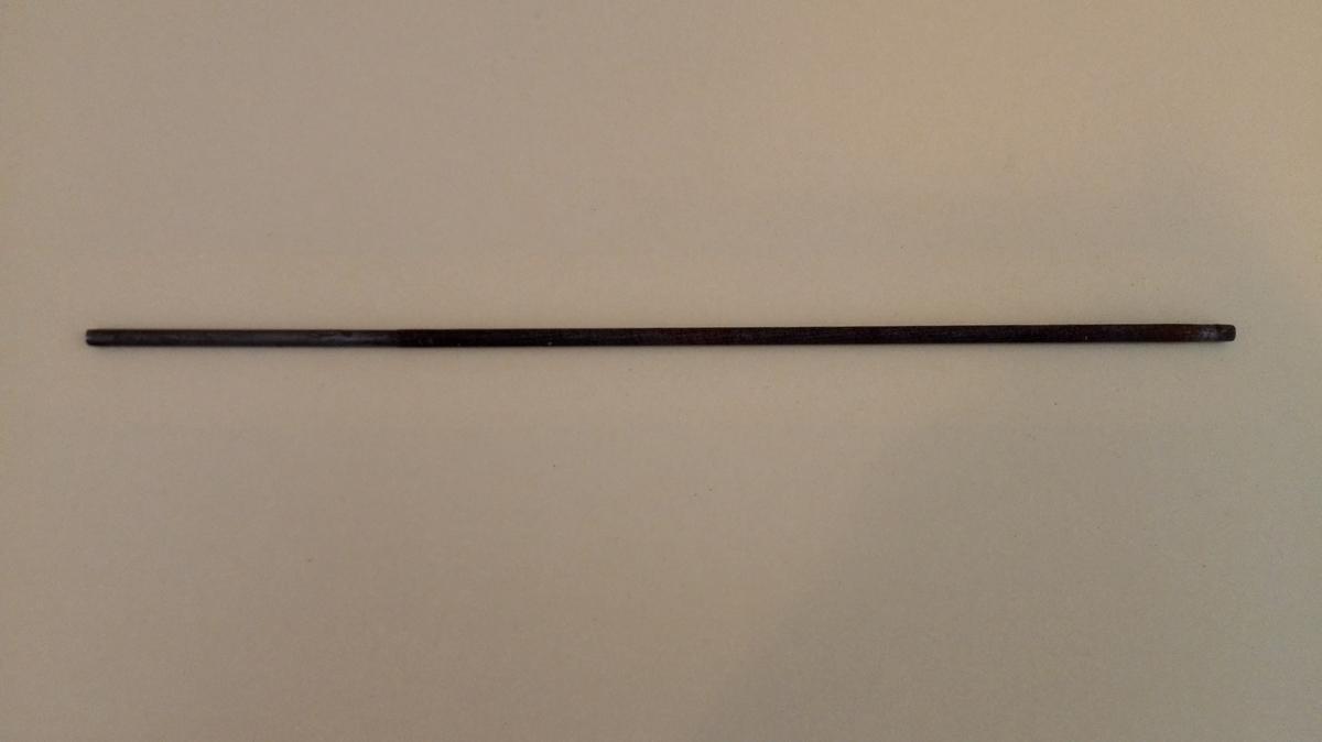 Tynn finmønstra rundfil utan påsett skaft. Heile fila er sylinderforma.