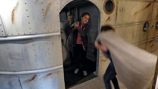 Barn leker i utstillingen Sally Jones.. Foto/Photo