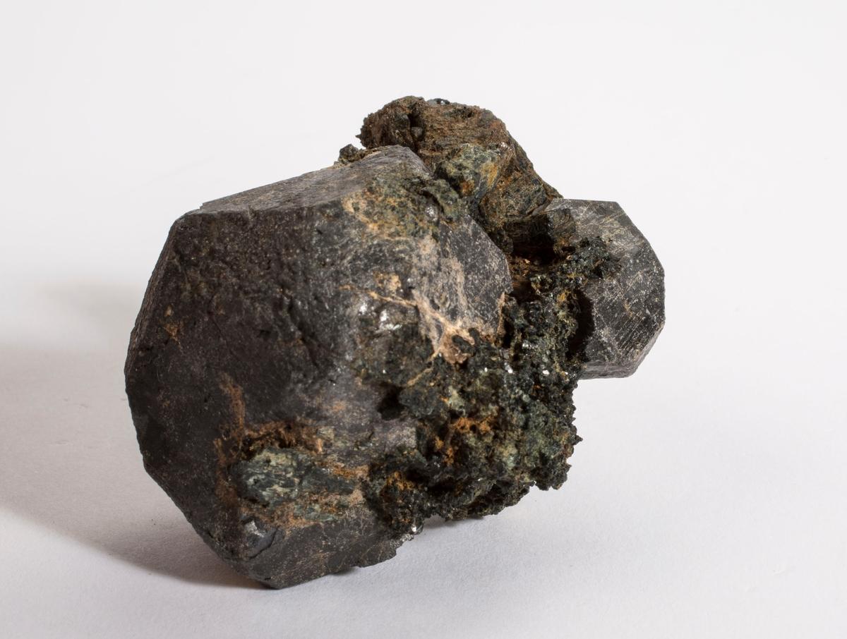 Ilmenitt, en stor og en liten krystall + noe matriks: hornblende, hvit apatitt, epidot?