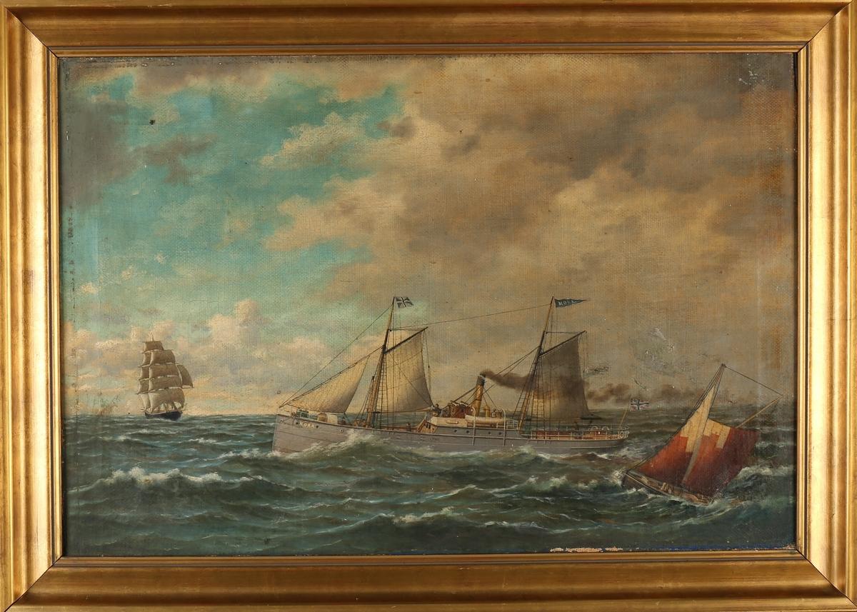 Skipsportrett av DS NORA under fart med seilføring på åpent hav. Ser et annet seilskip forut og ett mindre seilfartøy akter.