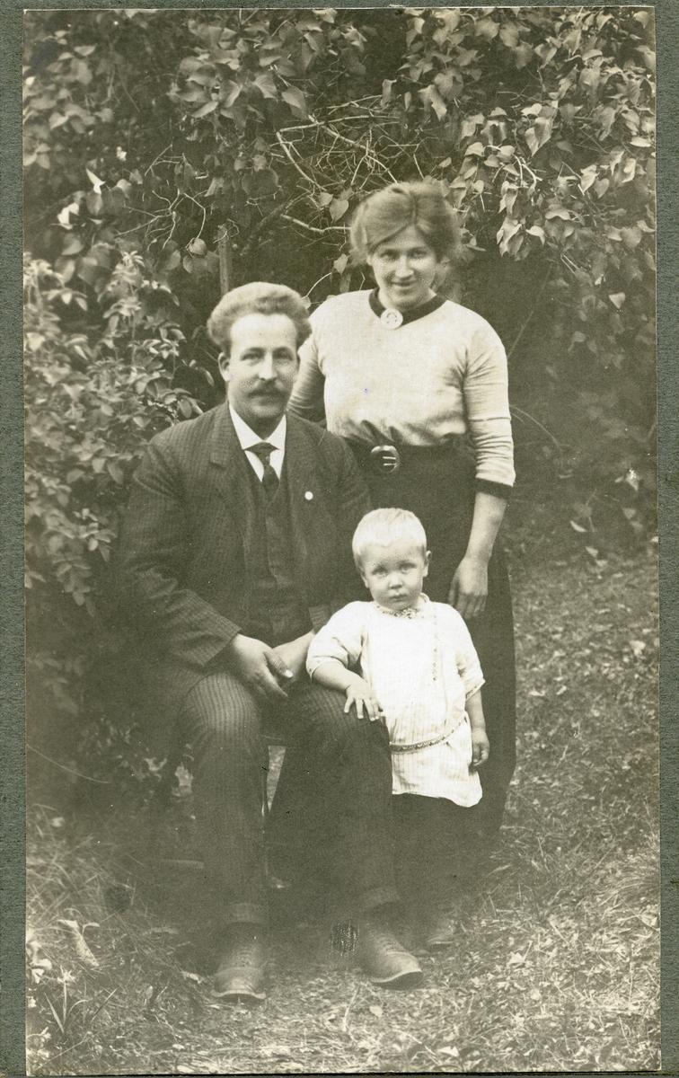 Hans og Maren Knutsen saman med vesle Gunnar.