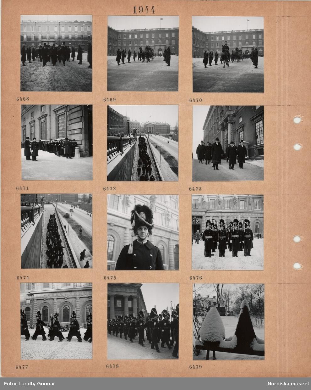 Motiv: Riksdagens öppnande, män i ytterrockar och hög hatt på borggården till Stockholms slott, uniformerad vakt flankerar, snö, hästdragen vagn på borggården, ryttare i paraduniform, kvinnor och män i kö, uniformerade vakter, män i ytterrock och hög hatt tågar nerför Lejonbacken, man i uniformsrock och hög skinnmössa med emblem och tofs, män i uniformsrock, patronbälte, hög skinnmössa, gevär på borggården, marscherande uniformerade män med gevär över axeln framför Kanslihuset,  bikupor i snö.