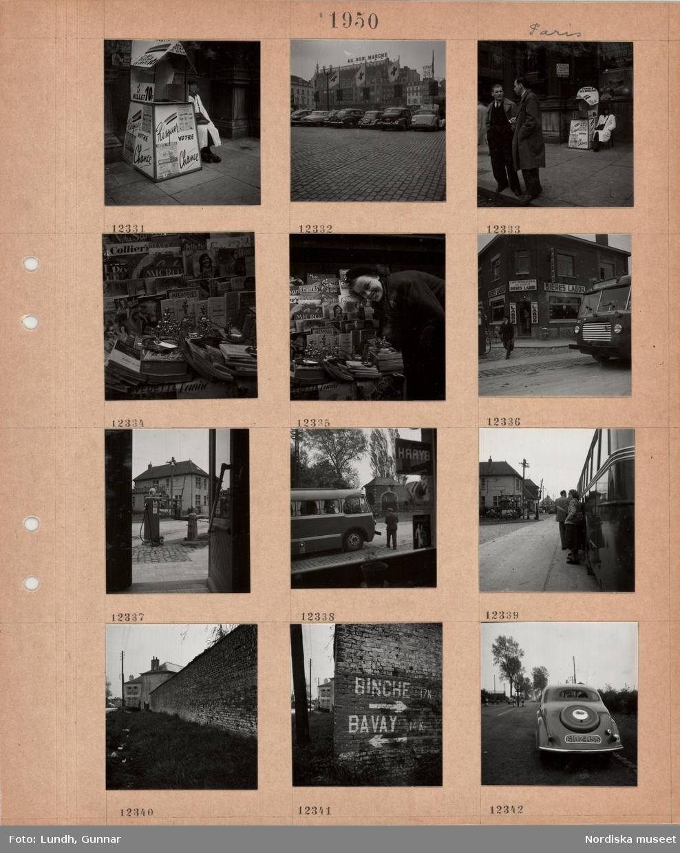 Motiv: Paris, en försäljare sitter bredvid ett litet lotteristånd på en trottoar, stenlagt torg med parkerade bilar, i fonden varuhuset Au Bon Marché, två män samtalar på en trottoar, i bakgrunden lotteristånd, Belgien, stånd med tidningar, turistbroschyrer, souvenirer av statyn Le manneken pis, en kvinna står vid ståndet, svensk turistbuss på stadsgata, ölkafé, bensinpump, buss sedd genom fönster, personer står och röker vid buss, vägkant med gräs, skräp, hög mur, vägskyltar målade på mur, personbil på väg med nerfällda tullbommar, gränsen mellan Belgien och Frankrike.