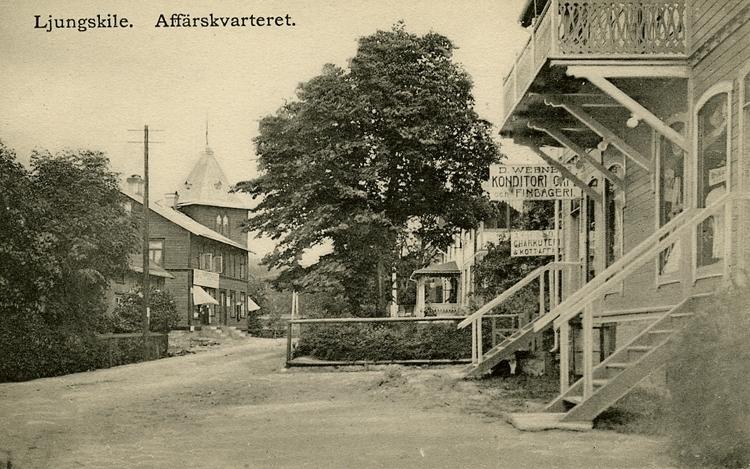 "Enligt Bengt Lundins noteringar: ""Ljungskile. Affärskvarteret. Vällebergsgatan. M Werners konditori""."