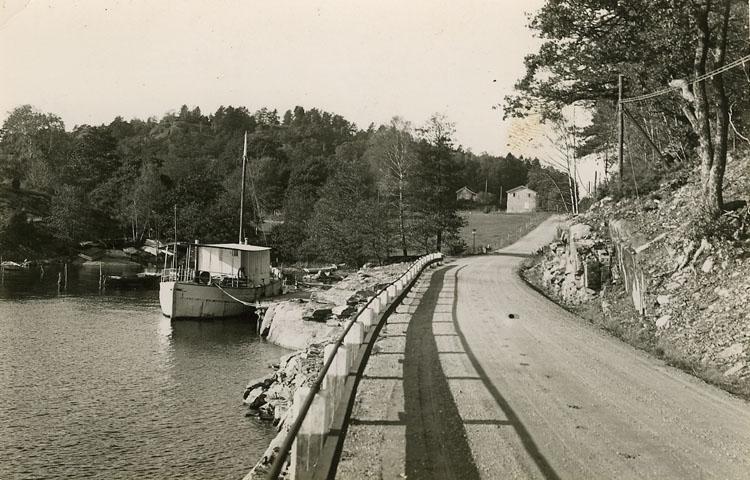 """Enligt Bengt Lundins noteringar: """"Fräknefjord och vägen till affären. Vägen blev klar 1938""""."""