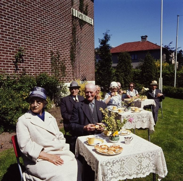 Pensjonister til bedriften Jonas Øglænd Sandnes får servert kafe og kake på det ukentlige møtet i Metodistkirken på Sandnes