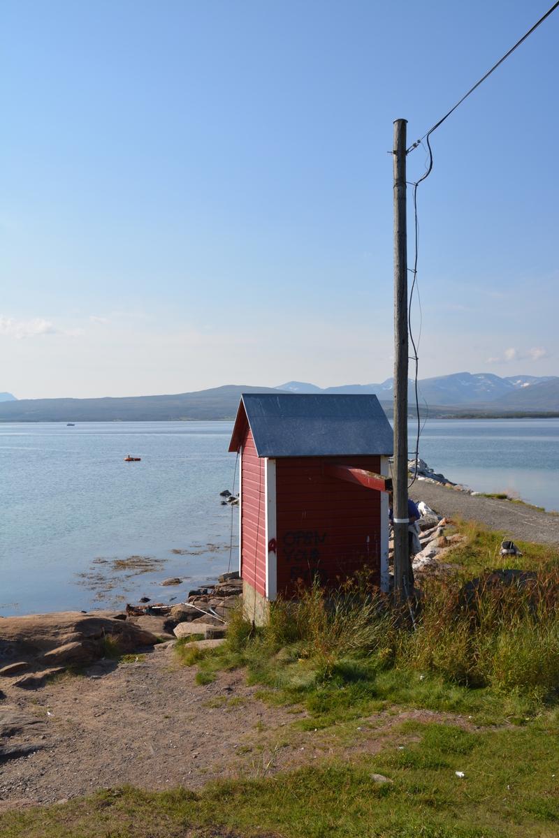 I Telegrafbukta, ved strandkanten i det populære utfartsområdet sør på Tromsøya, står en liten rødmalt trebygning. Huset ble benyttet til inntak for sjøkabler. I 1869 kom kabelen fra Tisnes til Lanes på Tromsøya.  Denne kabelen var det ofte brudd på. Derfor ble det lagt en ny kabel i 1894 fra Tisnes til dette sjøkabelhuset i Telegrafbukta.