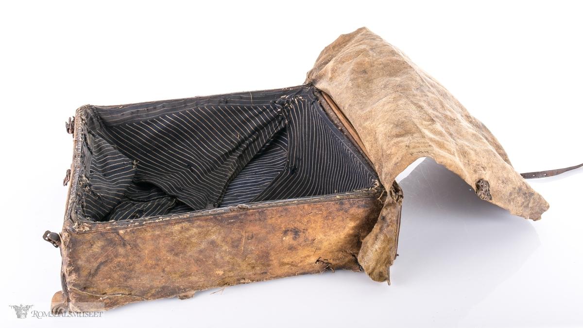 Rektangulær skreppe i kuskinn, forsterket med lær.
