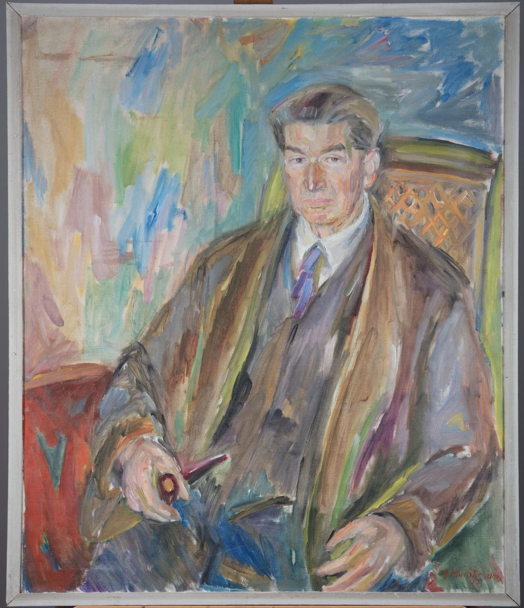 Portrett av Sigurd Sverdrup, 73 år gammel,  sittende i en stol i sitt hjem på Abbediengen i Oslo.