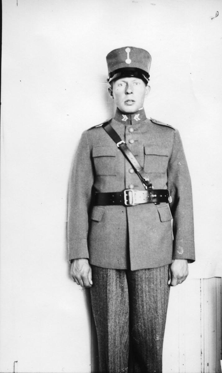 Suneson, sergeant, A 6, vid fotokurs på försvarsstaben.