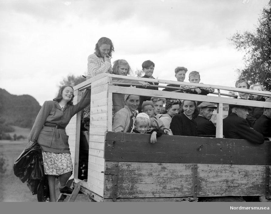 Folkemengde på lasteplan, sommer, passasjerer. Datering er ukjent, men trolig omkring 1950 til 1960. Fra Nordmøre museums fotosamlinger, Myren-arkivet