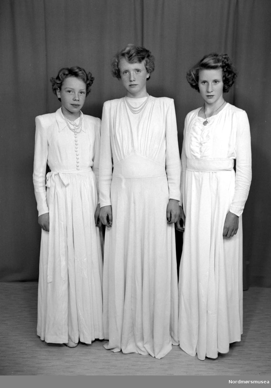 Bjørg Hoem, Eirin Hoem og Kjellfrid Kvalvåg. Fra Nordmøre museums fotosamlinger (Halås-arkivet). (Reg: EFR2013/MBL2015.)