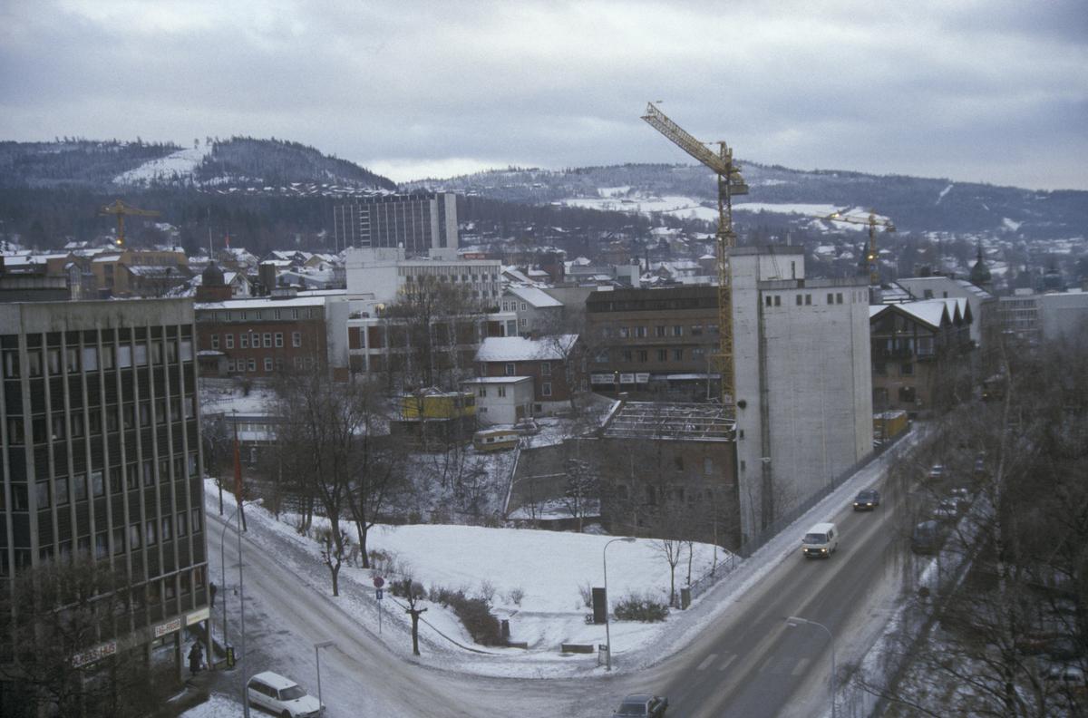 Lillehammer sentrum, krysset Kirkegatebrua, Brubakken, Lillehammer Aktiemølle, Victoria Hotell og til venstre Folkets hus, tatt fra YK-huset, 8 etg. mot sør-øst