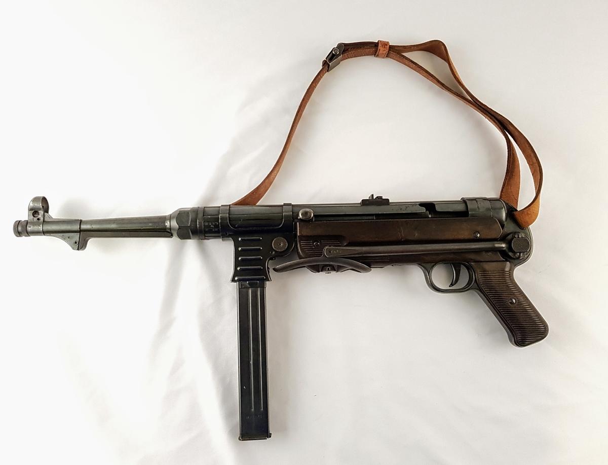 Maskinpistol, MP 40 stemplet bnz 41 medd lærreim.