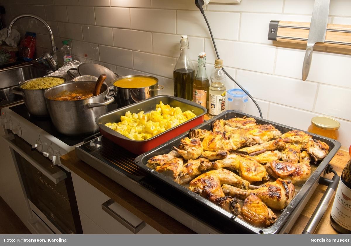Rosh Hashana. Maten på ett judiskt nyårsbord: granatäpple, honung, bröd, äppelskivor, hummus, aubergine- och tomatröra, I köket: köttgryta (Hammin??) med sötpotatis, blomkål med citron, kycklingklubbor, ingefärssoppa, kryddris med linser och russin.