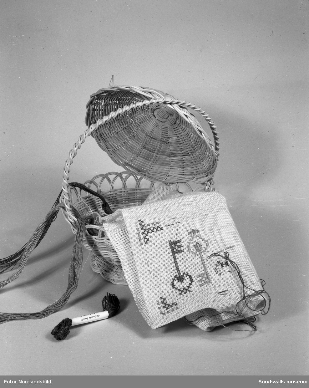 En man gör sina julklappsinköp på Lindgrens järnhandel. Exempel på julklappar: leksakståg, handarbete, ljuslykta och primuskök. Bilderna är tagna för ett reportage i tidningen Husmodern.