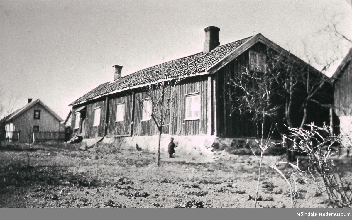 Det gamla huset på Västergården 3 i Fässberg, Mölndal. Byggnaden har varit skola en tid, före Fässbergsskolans tillkomst. Reprofotografi.