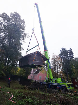 «Sagastua» i lufta. Opprinnelig veide huset mer enn 31 tonn! Etter at mye av torven ble fjernet veide den «bare» 21 tonn.