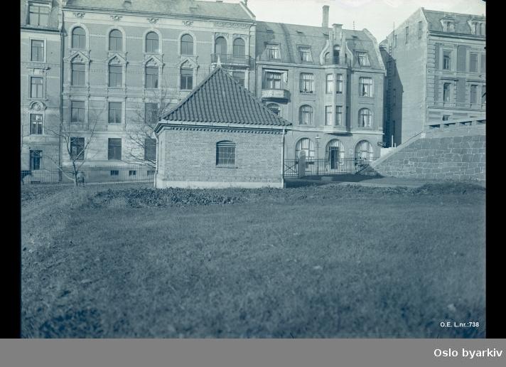 Bygningen i bakgrunnen i Jugendstil er La Belle Sole, Observatoriegaten 2 B. Bildet er speilvendt. Man ser også muren som går ved siden av Universitetsbiblioteket. Biblioteket ble etablert i 1913.