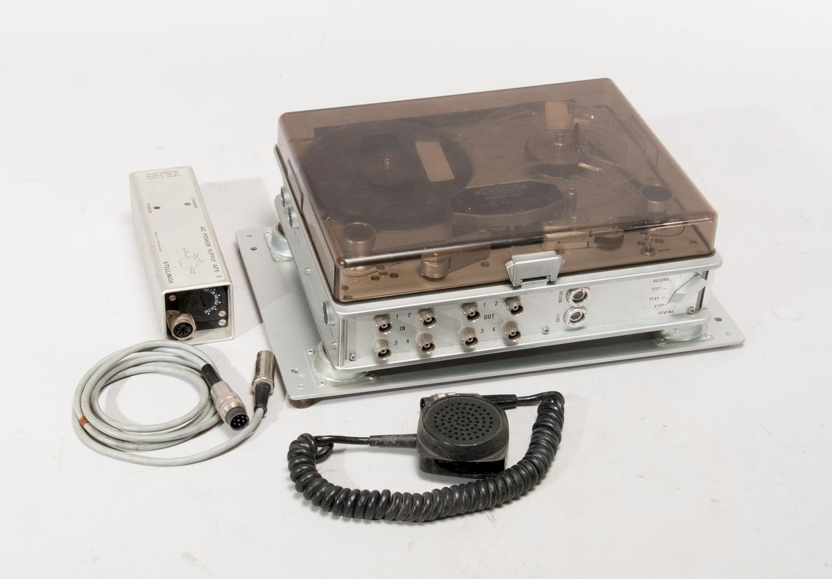 Bandspelare med fyra spår, för inspelning av data i form av PCM-signal, nr 772,268.  Med mikrofon och nätaggregat typ AC Power Supply APS 8, nr770,971.