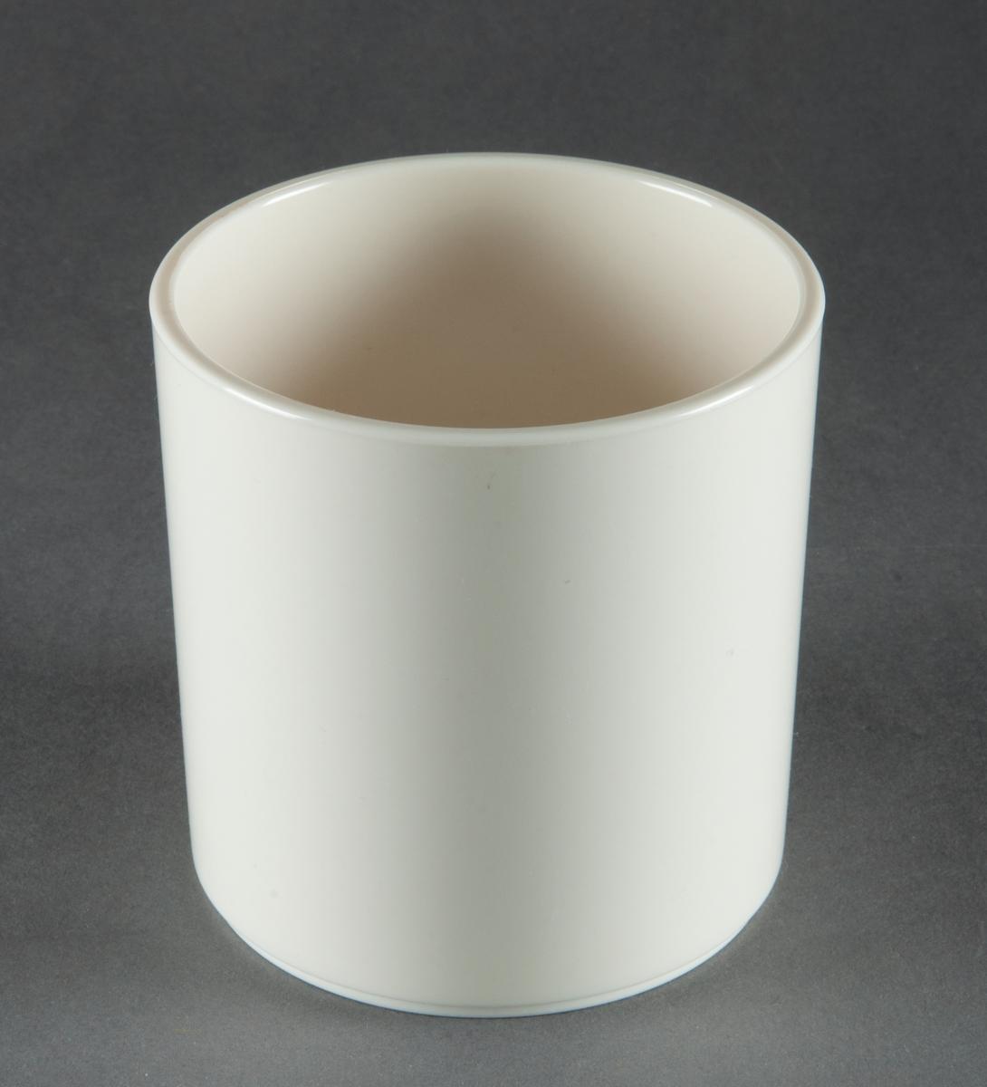 """Tumbler, gjuten i vit plast. Modell """"Plastic Medley"""". Cylindrisk med fotring. Design Gunnar Cyrén. Tillverkad för Dansk Designs Ltd, USA."""