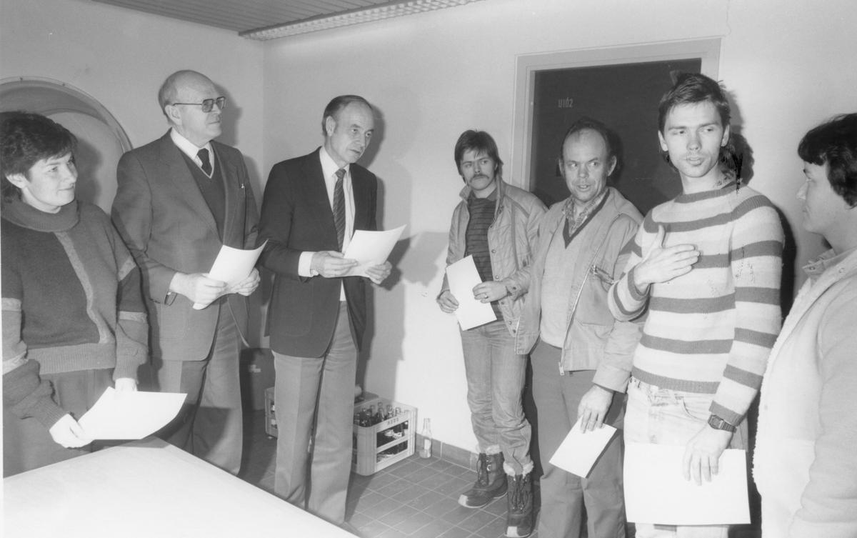 Gruppebilde. Anneliese Dørum, Sverre Krogh og fylkesordfører Tore Haugen mottar en delegasjon fra Norwsco-klubben på Lørenskog.