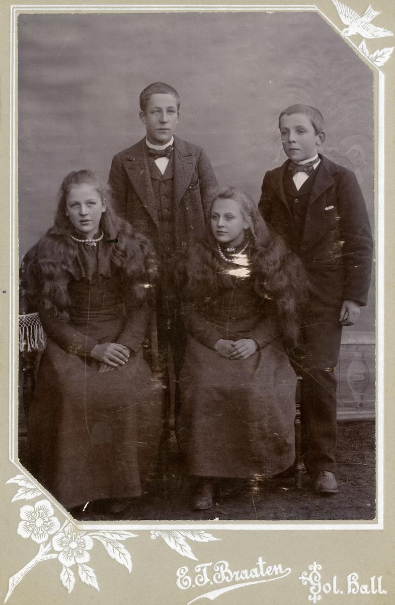 Portrett av 4 barn/ungdommer. Det er to jenter og to gutter.