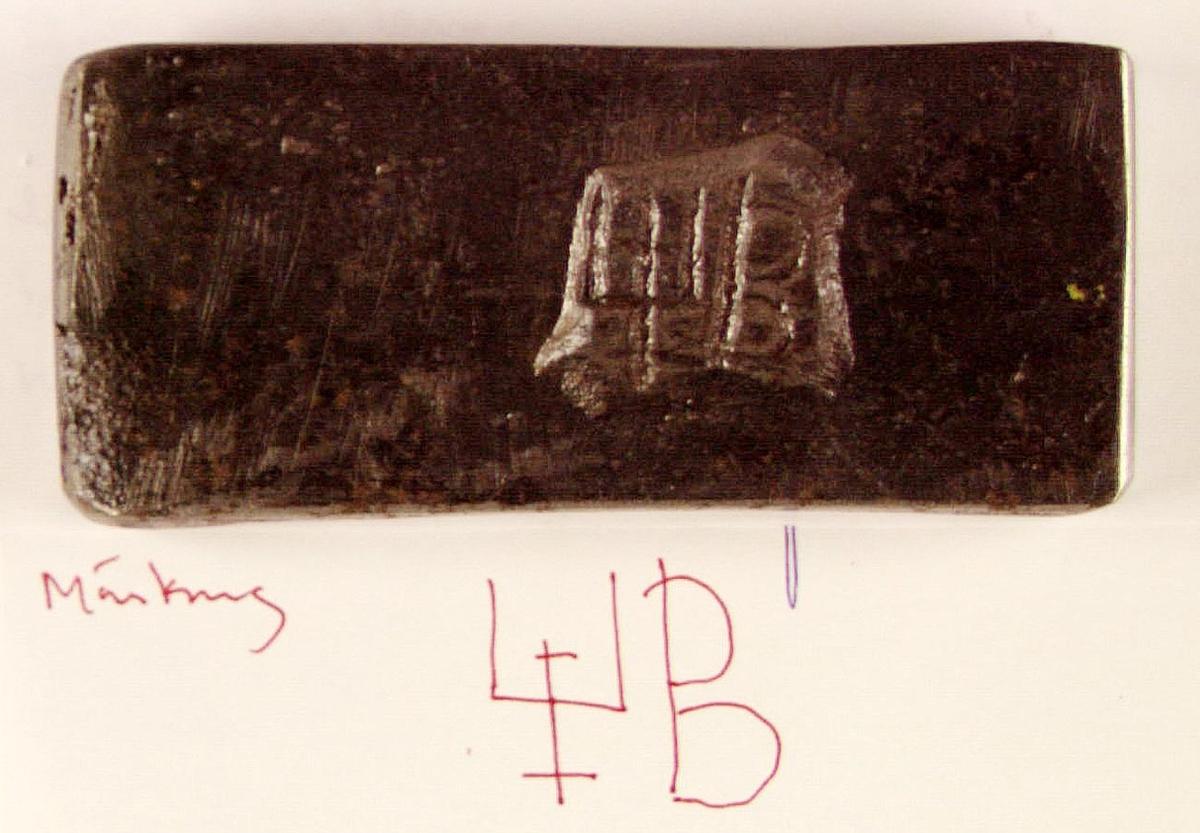 Bit av stångjärn från Järbo Övre Hammare. Försedd med järnstämpel: ett bomärke? och ett B.