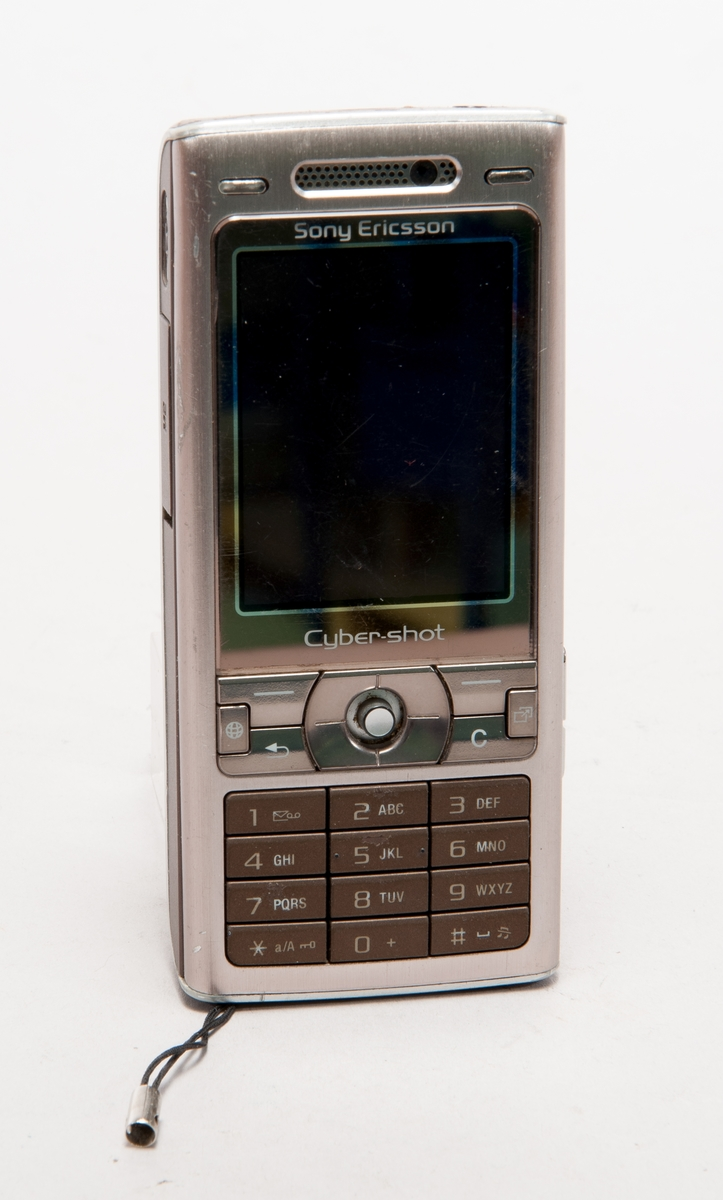 Mobiltelefon i originalförpackning,   Typ Sony Ericsson Cyber-shot, K800i, 3,2 megapixel kamera.  typbeteckning AAD-3022031 ser.nr CB5A09DFSZ