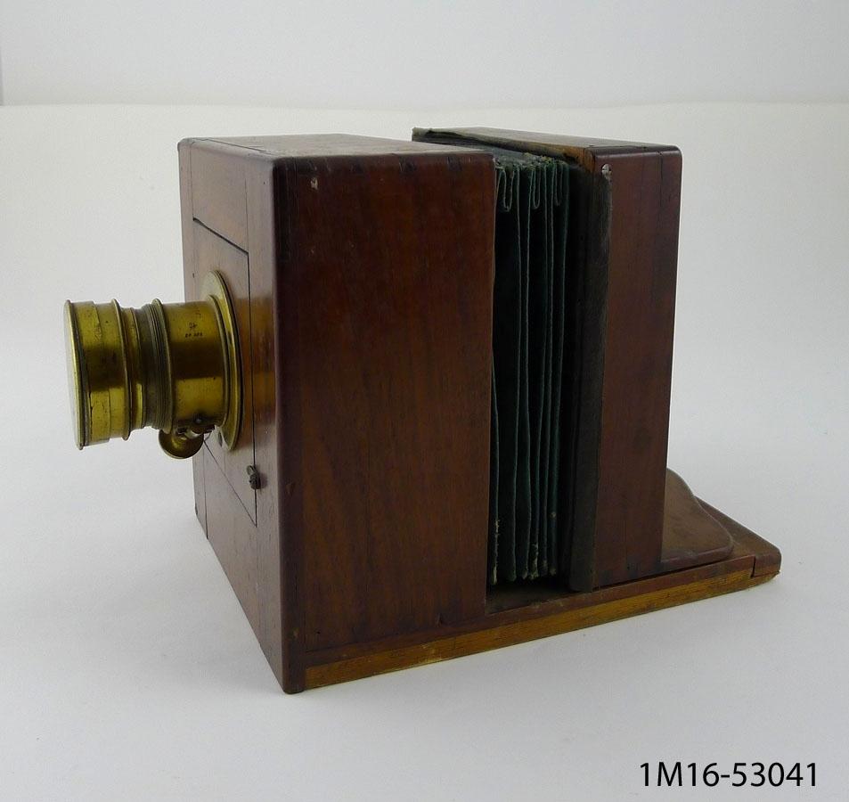 """Bälgkamera från 1860-talet. Trälådan är i mahogny och linsen i mässing. På linsen står: """"Anc. M.Jamin DARLOT Opt.n Succ.r. 14. r. Chapon Paris."""