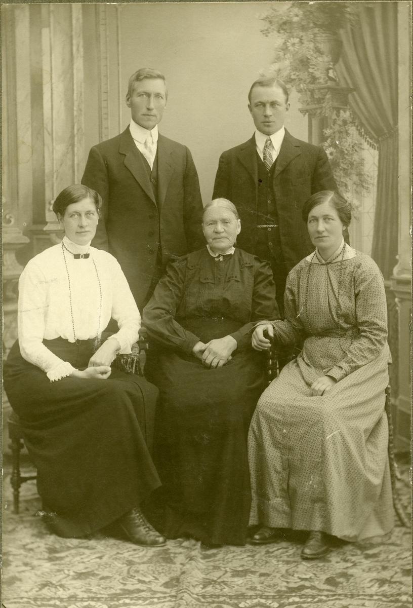Familieportrett med Anne Brænde og fire av henne barn.