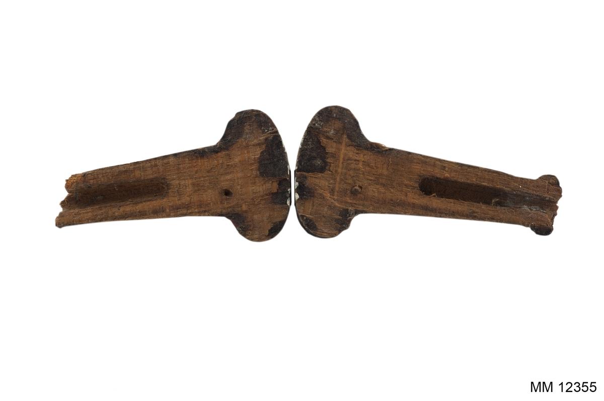 """Stämpel för klädespersedlar. Av vitmetall med trähandtag. Stämpelns utseende: """"5""""."""