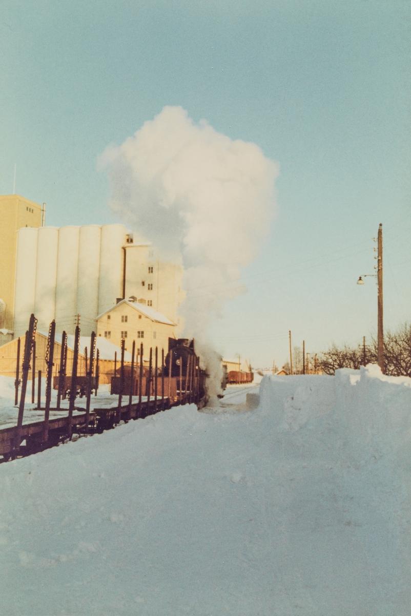Godstog til Skreia på Lena stasjon trukket av damplokomotive type 31b 451.