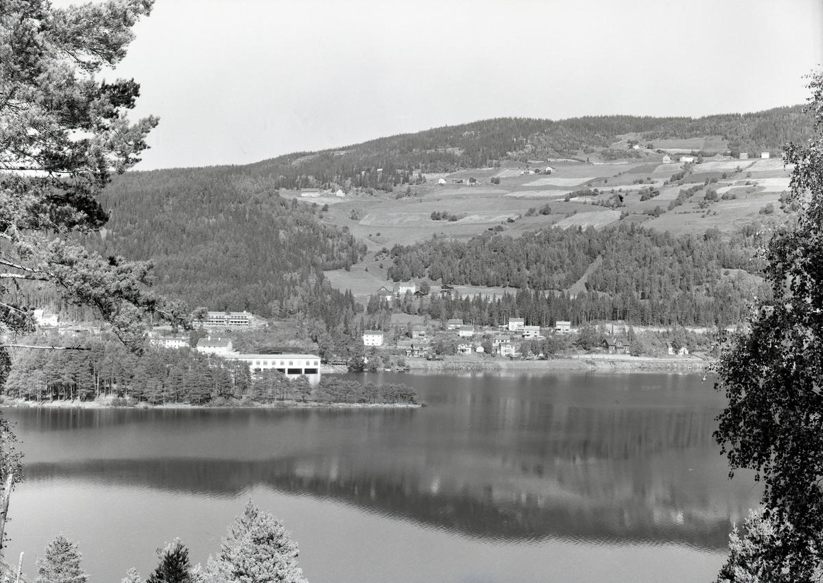Fagernes sentrum, fotografert fra vestsida av Strandefjorden. Ranheimsbygda øverst i bildet, til høyre.