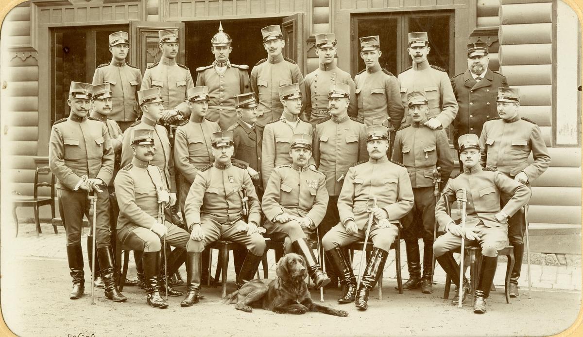 Grupporträtt av Svea ingenjörkårs officerare vid regements mötet 1905.