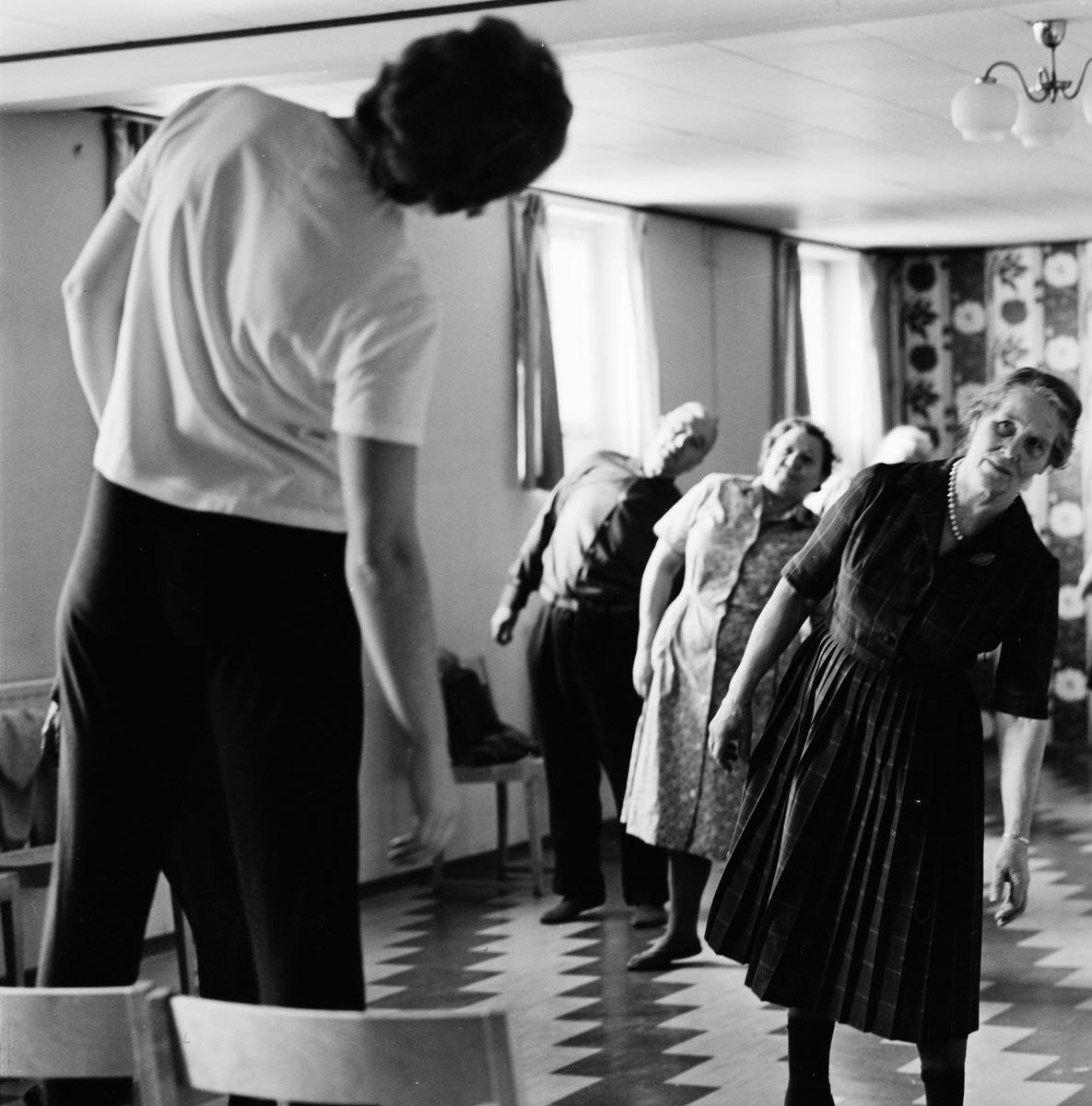Gunborg Wik leder pensionärsgymnastiken i ABF:s lokal, Årstagatan 20