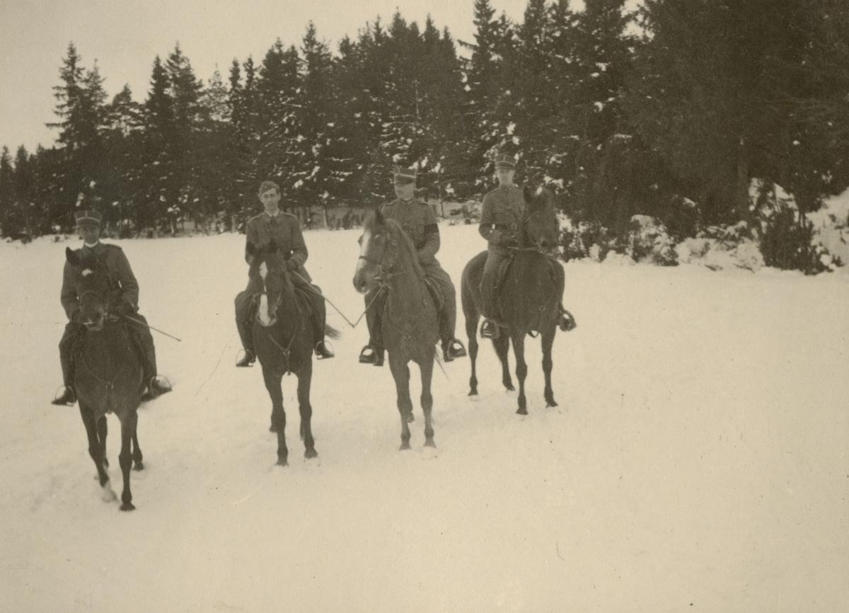 Vinterbild med soldater från Södermanlands regemente I 10 till häst.