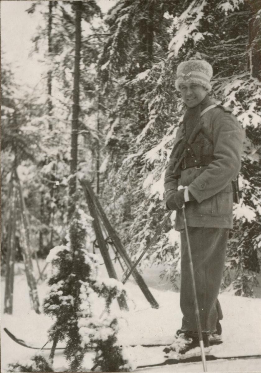 Officerare från Södermanlands regemente I 10 på skidor.