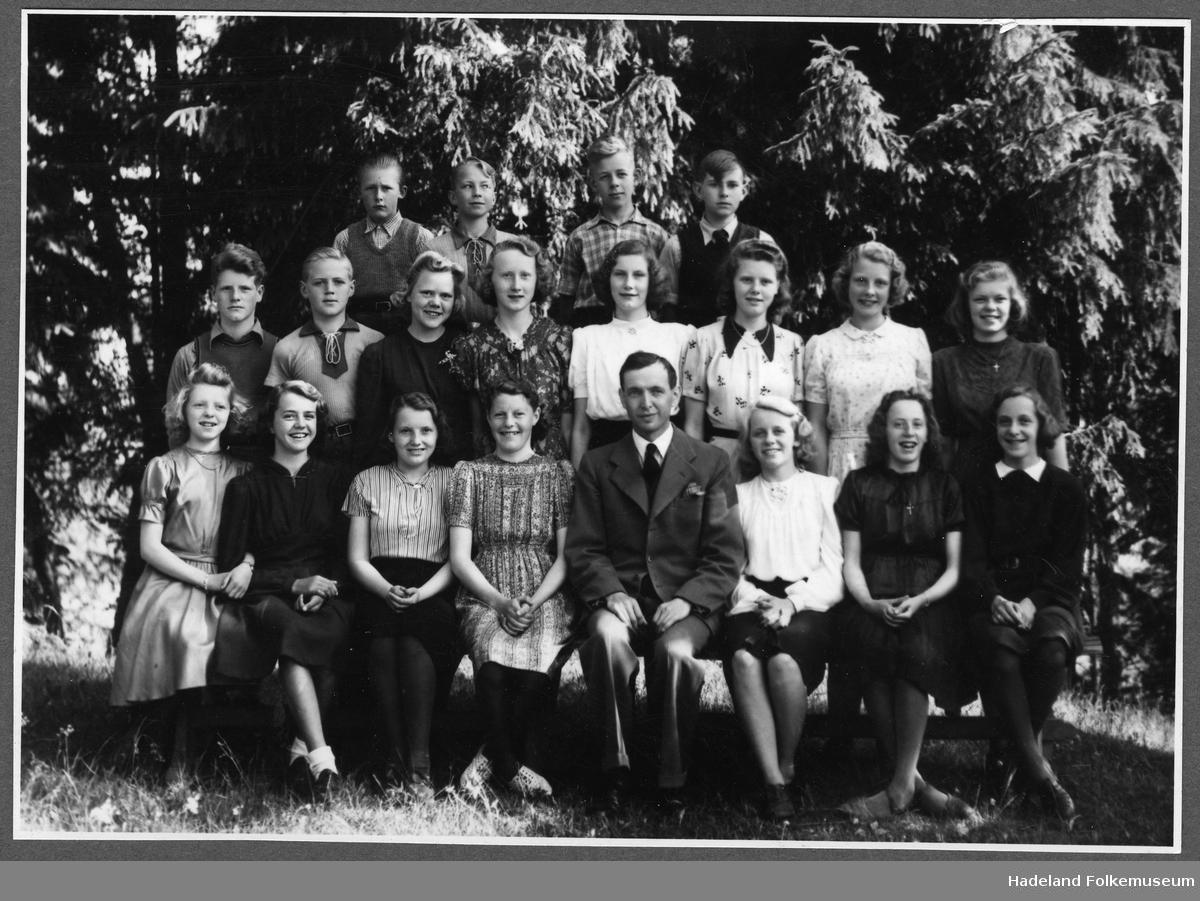 Klassebilde med elever og lærer er Haakon Skøien. Antagelig Randsfjord skole, alt. Jevnaker skole.