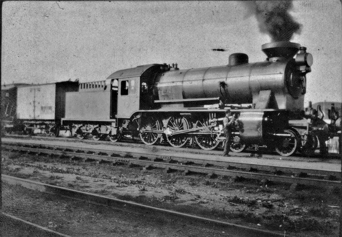 Norsk Hovedjernbanes damplokomotiv nr. 2 type A, senere NSB type 45a. Lokomotivet er utstyrt for vedfyring, og tenderen har vedgrind. Skorsteinen er utstyrt med syklon for å slå i stykker gnistene.