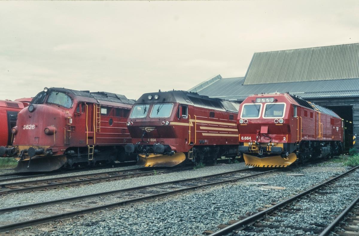 Tre typer og generasjoner diesellokomotiver utenfor lokomotivstallen på Marienborg i Trondheim. Fra høyre type Di 3 , Di 4 og Di 6. Alle de 12 lokomotivene av type Di 6 ble senere returnert til fabrikken i Tyskland.