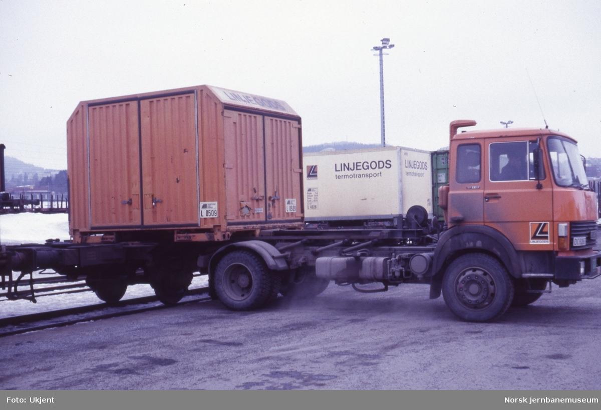 Omlasting av Linjegods-lastebærer (LLB) fra godsvogn litra Lbgjs til lastebil