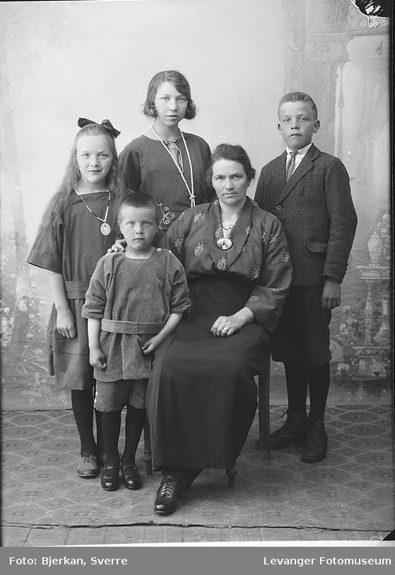 Gruppebilde av familien Veie