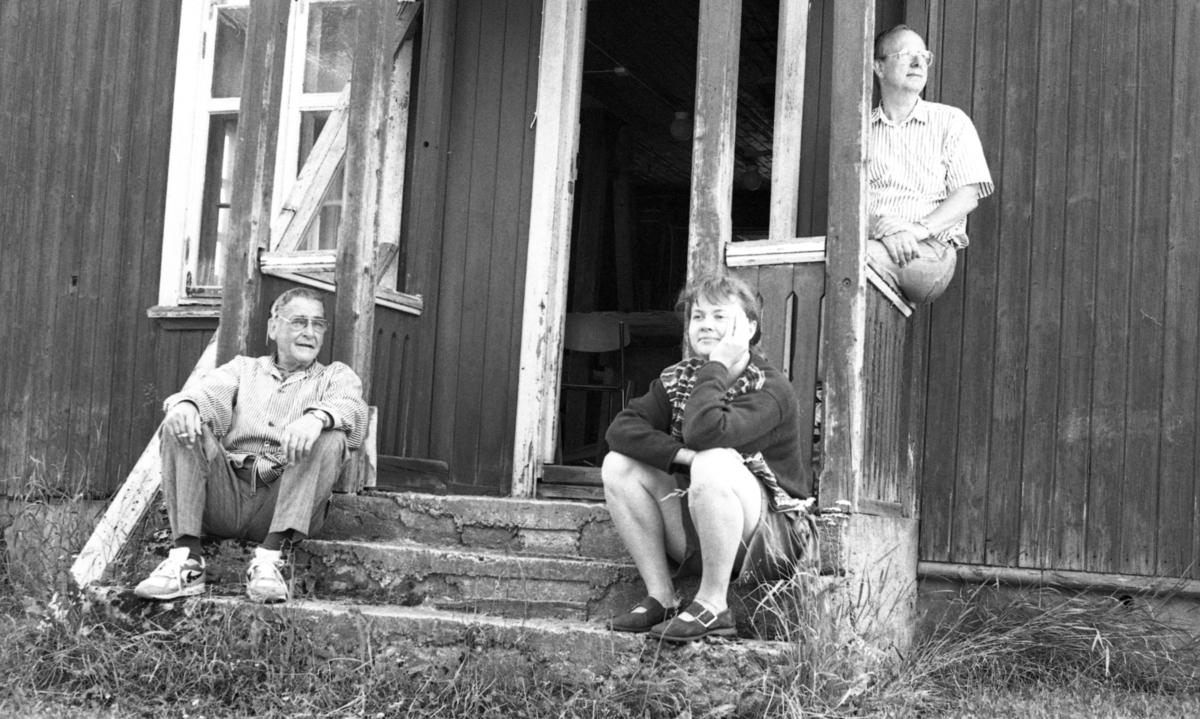 Einar Nilsen, Harald og Mette Jakobsen på trappa ved Nilsens kurvfabrikk