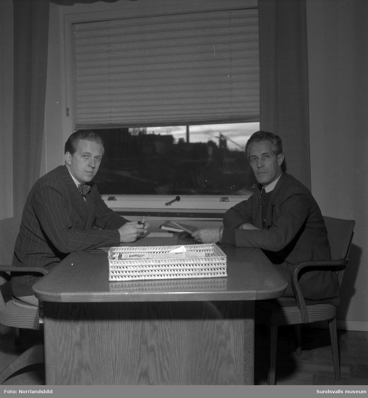 Kontorsmiljöer med personal vid Skönviks sågverk.